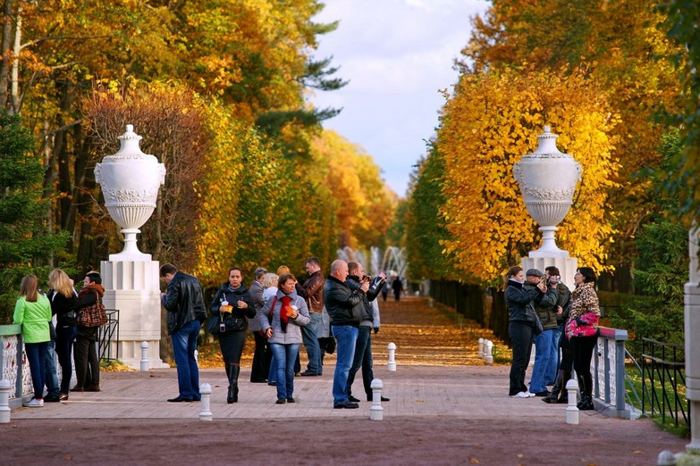 Tour around the Peterhof Fountain Park